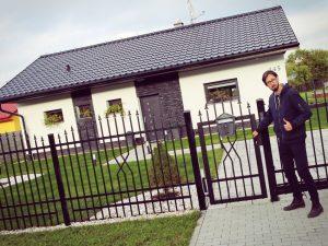 Martin obdivuje katalogový bungalov v obci poblíž přehrady Těrlicko.